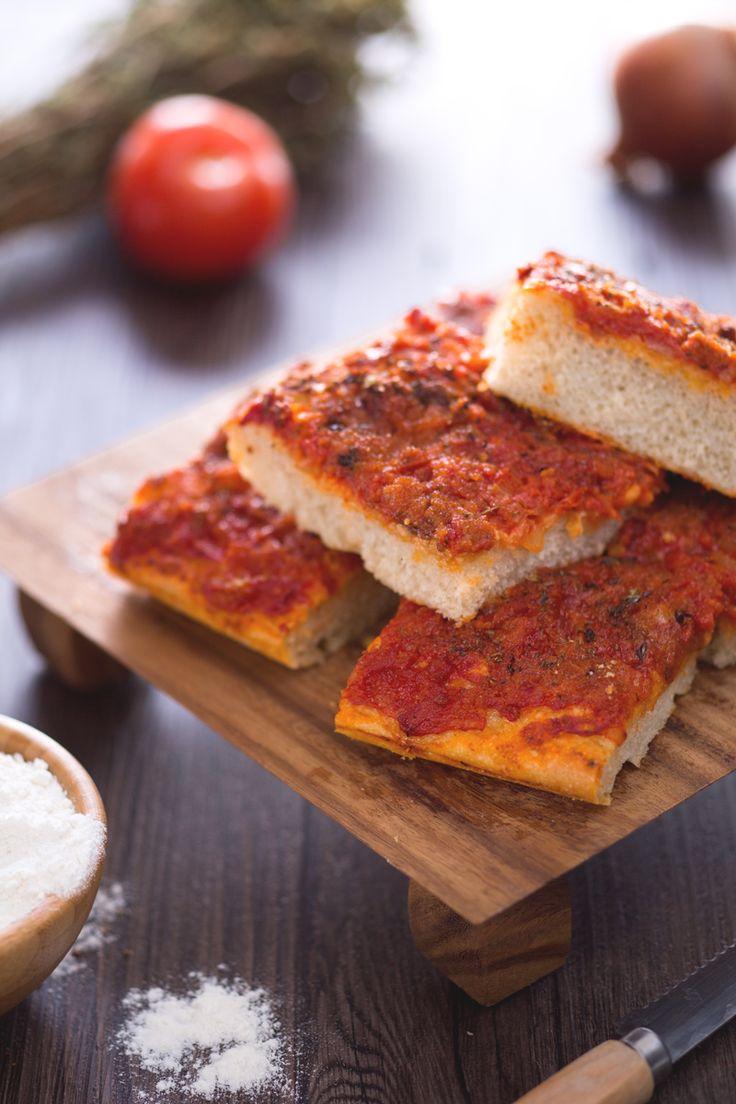Sei amante dello #streetfood? Non perderti la nostra versione dello sfincione palermitano! #Giallozafferano #recipe #ricetta #sfincione