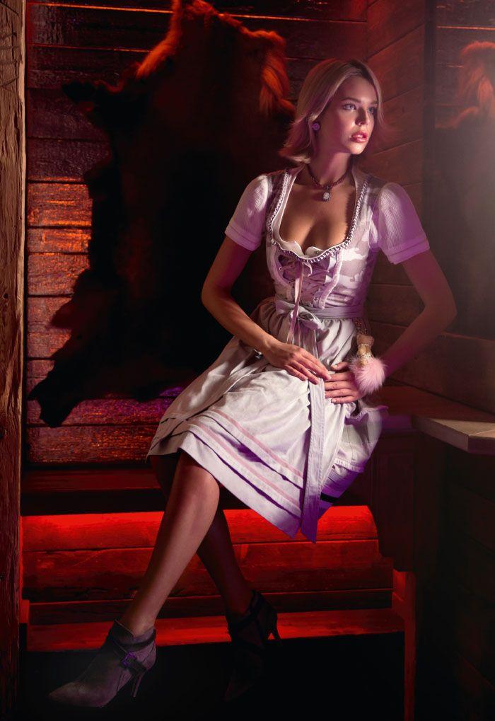 Dirndl mit Bärenanhänger, Bluse und Unterrock von Airfield um € 799,-; Schuhe von dirndl + bua um € 279,-; Collier mit Perlmutt-Edelweiss um €129,-; passende Ohrsteckclips um €46,-; beides von Dorotheum Juwelier | Wiesn-Looks mit Wow-Effekt! STYLE UP YOUR LIFE! hat für euch die Trachten-Hotspots und geniale Trachtenmode für euer Dirndl-Styling