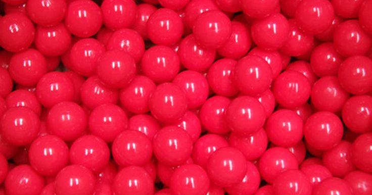 Como fazer bolinhas de paintball. O Paintball é um esporte extremamente popular nos Estados Unidos, principalmente entre os adolescentes. Muitos jogadores gostariam de fazer as suas próprias bolinhas, em vez de comprá-las constantemente em lojas de artigos esportivos ou de aventura. Infelizmente, a fabricação de bolinhas de paintballs requer vários equipamentos sofisticados que a ...