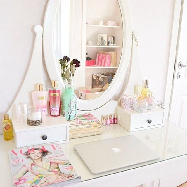 beautiful vanity + Makeup + room décor + MacBook #Roomspiration This is the…