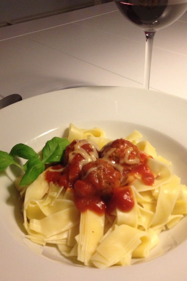 Heerlijke speltpasta met verse tomatensaus , gehaktballetjes en basilicum! Mmmmm