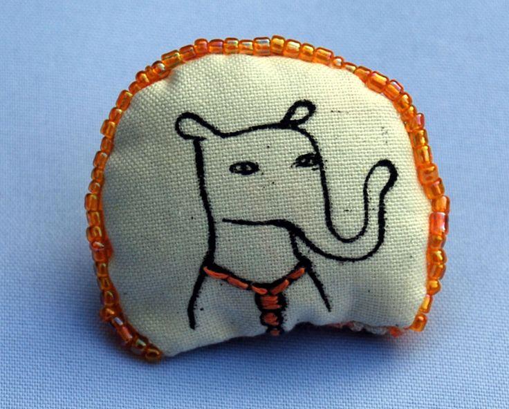 broche: kleine neusbeer met een oranje ketting om    #feest #beest #feestbeest #party-animal #borduren #broche #berenbroche #zeefdrukken #speldje #beer