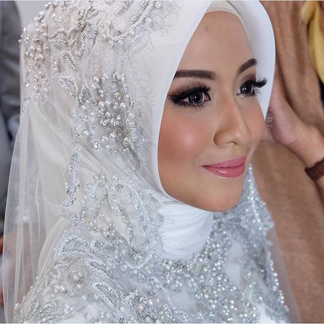 Hijab Wedding Veil / Muslim Brides / Akad Nikah Makeup / Wedding Make Up by lizzieparra on Instagram ☁ @terosha ☁