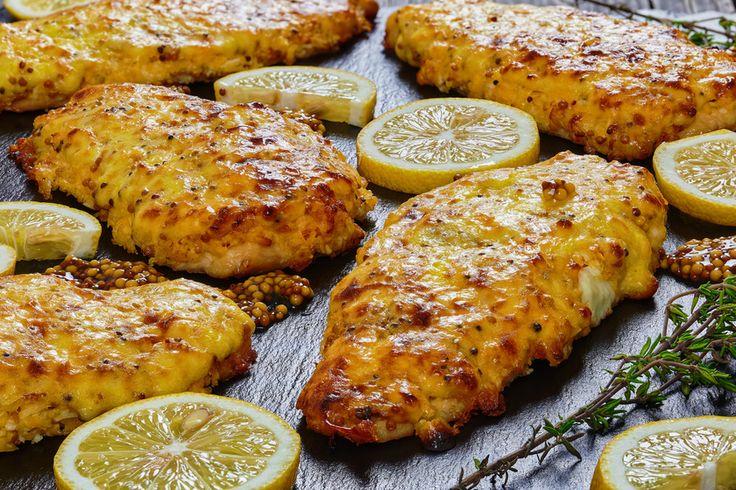 Hogy ne legyen túl száraz a csirkemell, sütés előtt forgasd meg mustáros-sajtos szószban.