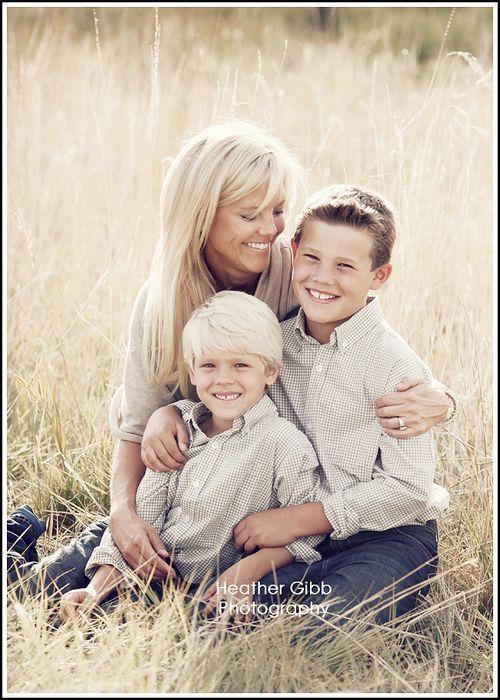 Ensfargede skjorter i sandfarger som matcher mor sin genser. Dongeri bukser.