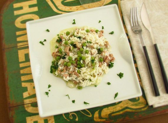 Rice with tuna and peas | Food From Portugal. A very simple recipe to prepare, tasty and nutritious, tuna wrapped in rice and peas confectioned in a sautéed of olive oil, onion and garlics, seasoned with salt and pepper, sprinkled with chopped parsley.  http://www.foodfromportugal.com/recipe/rice-tuna-peas/
