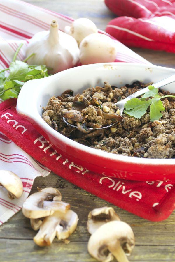 Crumble de champignons sarrasin-cajou #vegan | Green Cuisine 500 g de champignons (de Paris, bio pour ma part) 3 gousses d'ail Un petit bouquet de persil 3 càs de sauce soja 3 càs crème végétale (soja, avoine…) 1 càs soupe d'huile d'olive Poivre Pour le crumble :  100 gr de farine de sarrasin 50 g de noix de cajou concassées  40 g purée de noix de cajou 2 càc de moutarde 3 càs crème végétale Sel