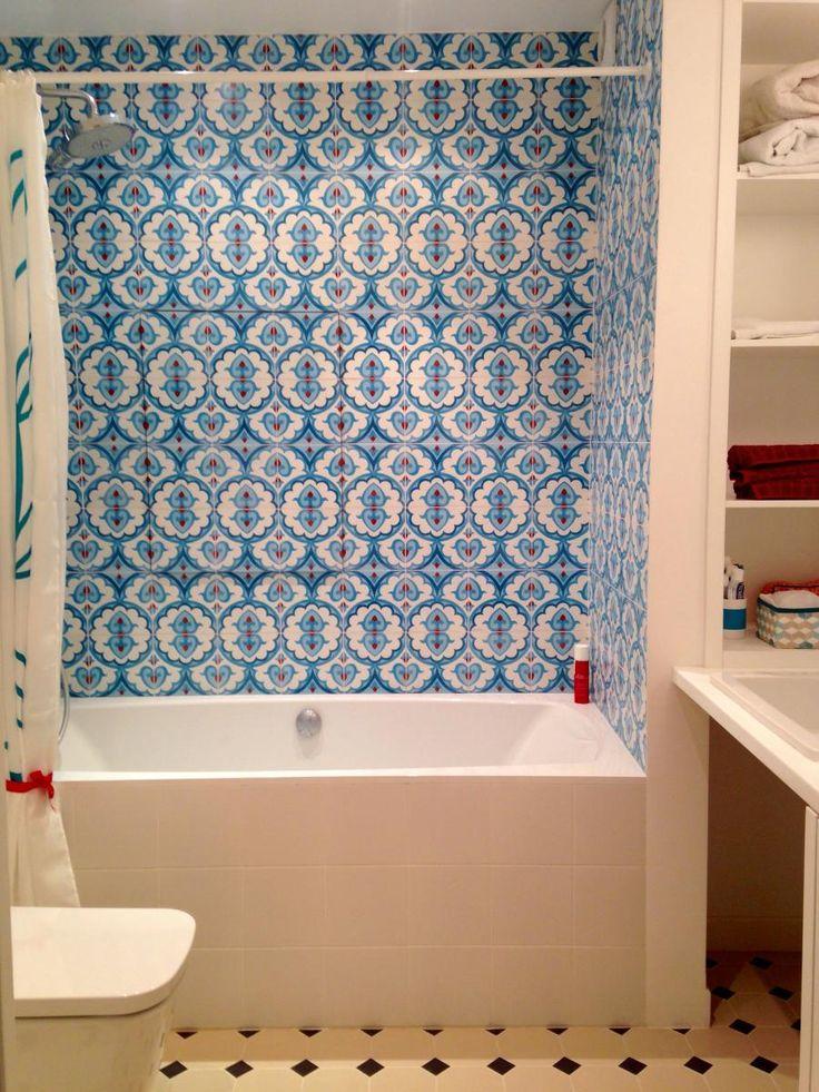 Белая ванная комната, синяя плитка для ванной