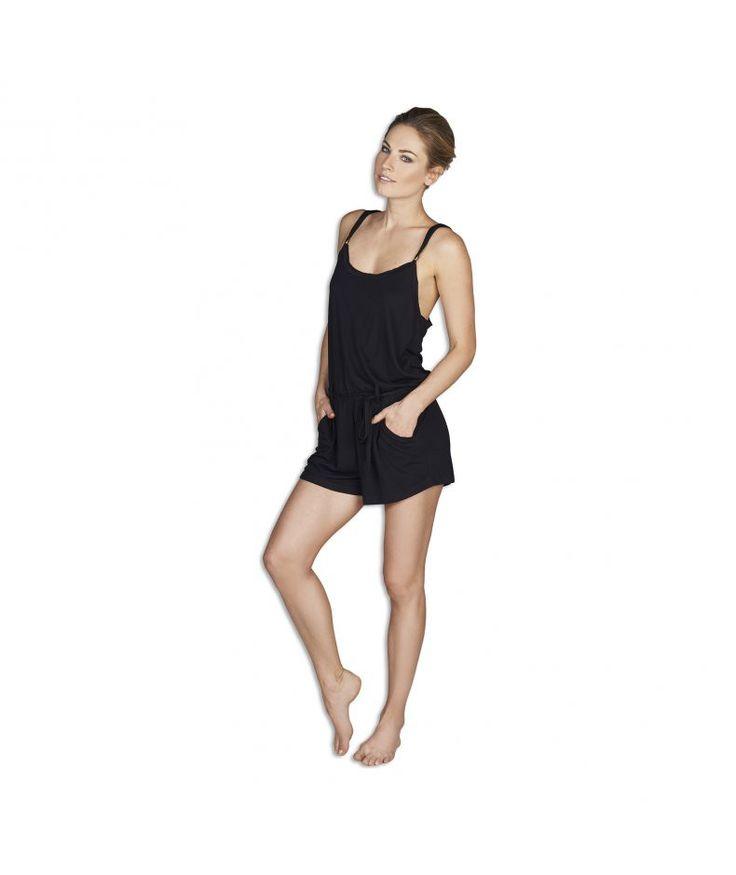 Jumpsuit Crochetta. Op zoek naar een sexy maar comfortabele outfit? Dan is deze korte jumpsuit ideaal. De jumpsuit geeft een classy look, maar zit ook nog eens heel comfortabel. Uitgevoerd in een zwarte zachte stof met gehaakte achterzijde. Lekker voor buiten of voor thuis.  #zomercollectie #zomerkledingdames #zomerkleding