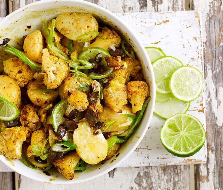 En smakrik och krämig potatissallad med indiska influenser, där potatisen får sällskap av blomkål som har rostats med garam masala, gurkmeja och pumpakärnor. Tillsätt gärna mer lime för extra syra!