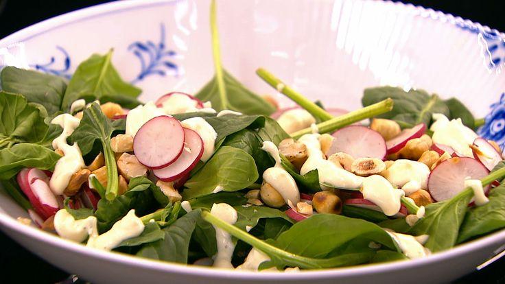 Spinatsalat med radiser og mormordressing