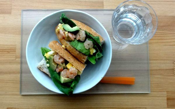 今日の200円ランチは昨日の残りの食材を使ってエビアボカドサンドを作りました♪エビとアボカドは絶妙な組合せです(・ω・)☆