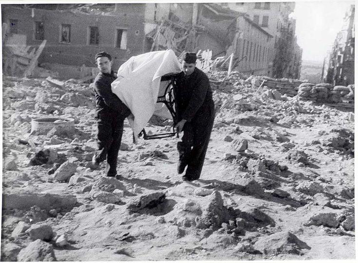 Vivir bajo las bombas en el Madrid asediado durante la guerra civil española. Rescatando una máquina de coser Singer.