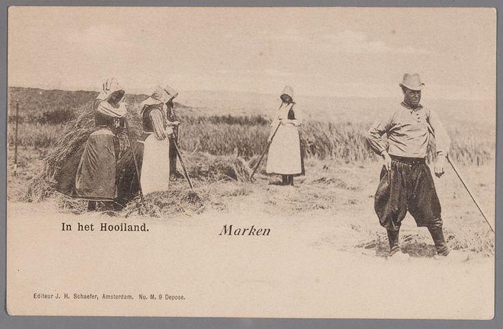 Hooioogst op Marken. Drie vrouwen in dracht met zonnekappen en een man in werkdracht, alle met hooivorken. 1900-1910 #NoordHolland #Marken