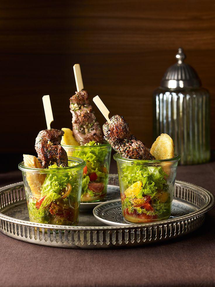 Knackiger Salat mit süß-fruchtigem Dressing und würzigen Spießen vom Lamm