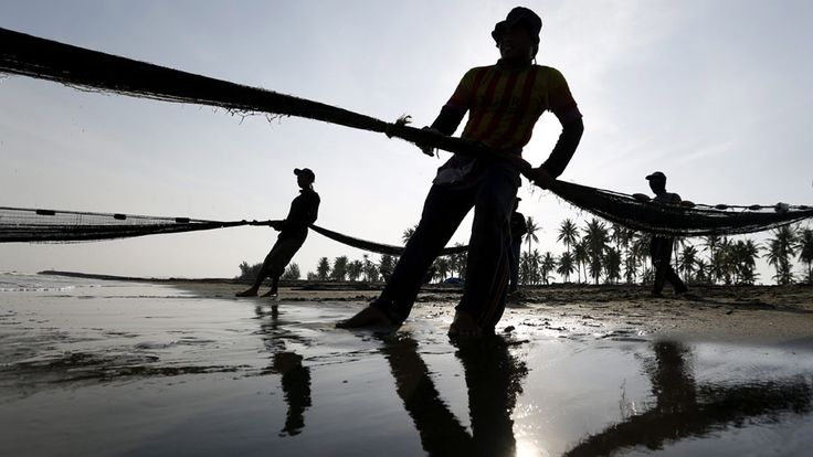 - Pescadores puxam suas redes em Banda Aceh, na  Indonésia, na manhã de hoje. Foto: Hotli Simanjuntak / EFE