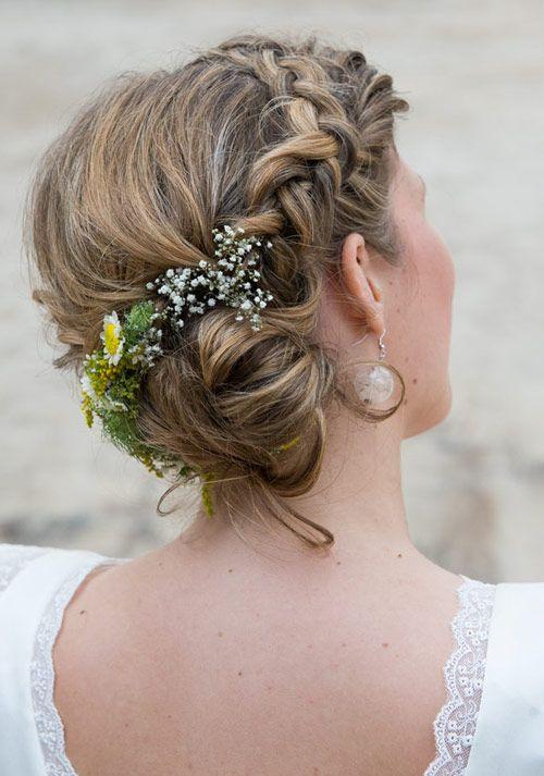 Hochgesteckt geflochten Blumen im Haar                                                                                                                                                                                 Mehr