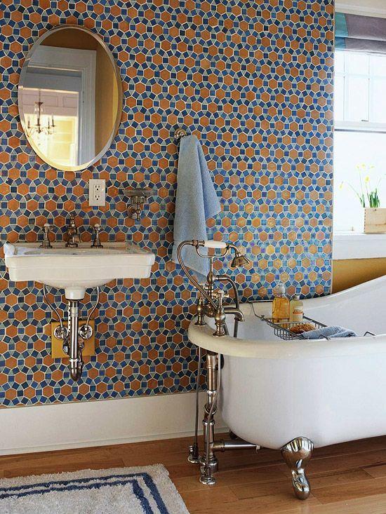 salle de bain jolie couleur,bande blanche, mosaïque,parquet blond