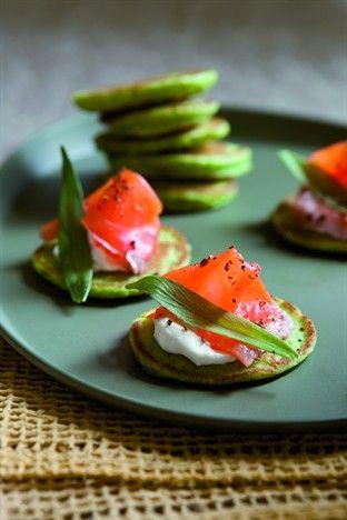 Blinis tout verts au saumon fumé et au fromage - Larousse Cuisine