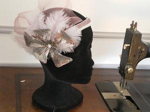 Fleur de Givre, bandeau fin de buntal gris clair, fleur de sequins et plumes d'autruche, 110 €