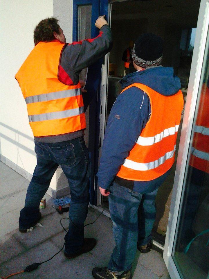 Aplikace nové fólie RENOLIT na poškozené místo, #oprava, #dveře, #zárubně, #obložky, #repair, #Instandsetzung, #Reparatur, #okna, #fólie, #Renolit