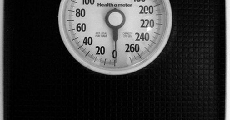 Cómo calcular el peso ideal según la edad y la estatura. Tu peso ideal y las calorías que debes consumir para llegar a él dependen de numerosos factores, incluyendo tu altura y tu edad. El Centro de Control y Prevención de Enfermedades (CDC por sus iniciales en inglés) usa el índice de masa corporal (BMI) para determinar el peso saludable de la población. Puedes determinar fácilmente tu rango de peso ...