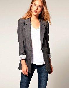 """""""Вопрос 9""""  Одежда: четкие прямые линии без излишеств и обязательно какое-нибудь украшение."""