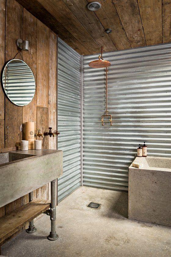 Stěny koupelny tvoří převážně vlnitý plech. Umyvadlo a vana jsou postaveny na míru z impregnovaného betonu. Koupelna je oddělená od ložnice posuvnými ocelovými.