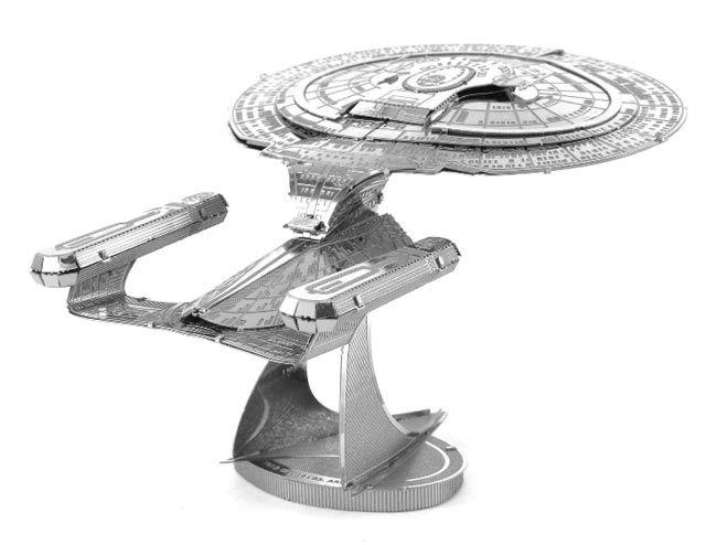 Modellino in Metallo 3D - Enterprise 1701-D  Assemblare la propria U.S.S. Enterprise NCC-1701-D di Star Trek: The Next Generation è davvero facile. Questo incredibile e dettagliato modellino in metallo parte da due lamiere tagliate al laser, per terminare in un sorprendente modello in 3D. Basta seguire le facili istruzioni di montaggio e ripiegare i pezzi collegandoli ai punti di fissaggio. Non necessita di collante. #MetalHeart3D