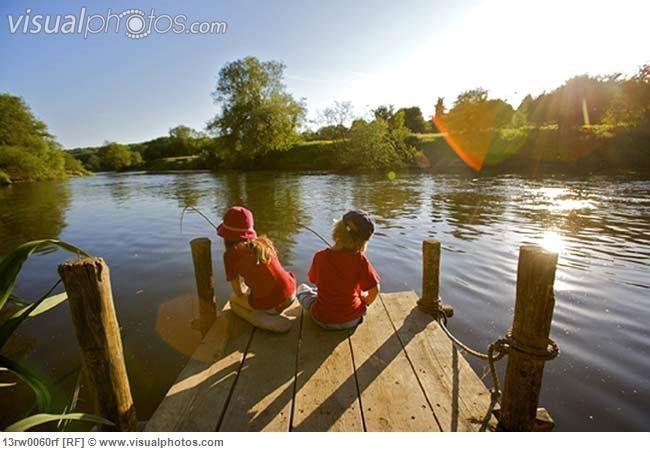 young_girl_and_boy_fishing_13rw0060rf.jpg (650×452)