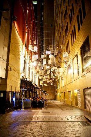 シドニーのビジネス街のビルの間に浮かぶ大量の鳥かごについて - NAVER まとめ