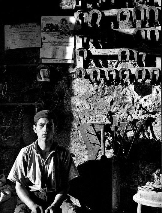 """Nino Migliori Il fabbro Foto tratta da """"Gente del Sud"""" 1956 Bologna, Archivio fotografico Nino Migliori"""