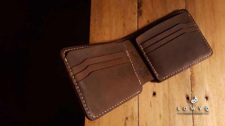 Dompet kulit ini menggunakan material Pullup Waxy.  Menggunakan benang linen terbaik yang di lapisi oleh wax.   Jahitan dilakukan dengan tangan, jadi jahitan lebih kuat di banding dengan mesin.