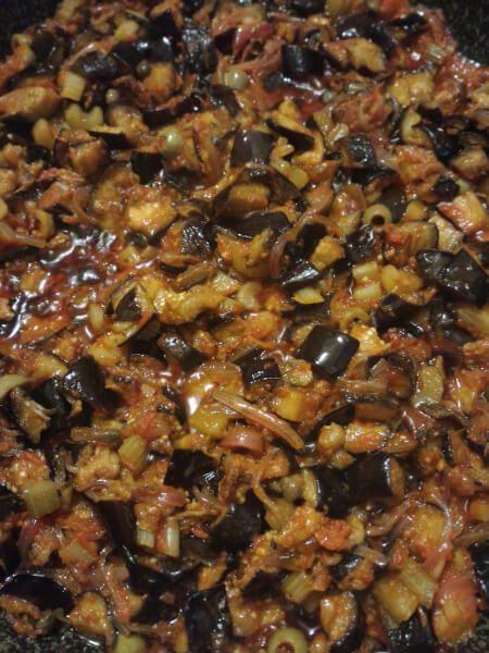 La Caponata di melanzane è una ricetta tradizionale siciliana. Con la nostra ricette della caponata la potete preparare in estate, conservarla sotto vuoto e consumarla tutto l'anno.