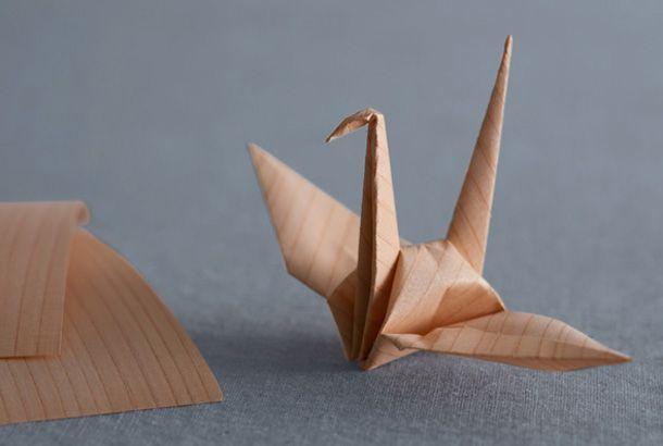 木目模様の折り鶴。柄がプリントしてある訳ではなく、本当の木の模様なんです。 実はこれ、奈良県吉野の杉の端材や間伐材を使用して作った木の紙です。 「きのかみ」は文字通り、木をそのまま素材にした紙です。薄くスライスしたスギを和紙に貼りつけられて作られているため、杉の木目の感触や杉の香りをそのまま感じることができ、和紙で補強...