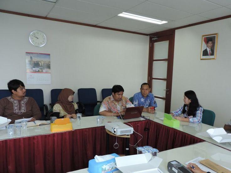 Petugas e-Pos dan Wajib Pajak sedang diskusi tentang cara menggunakan e-Pos