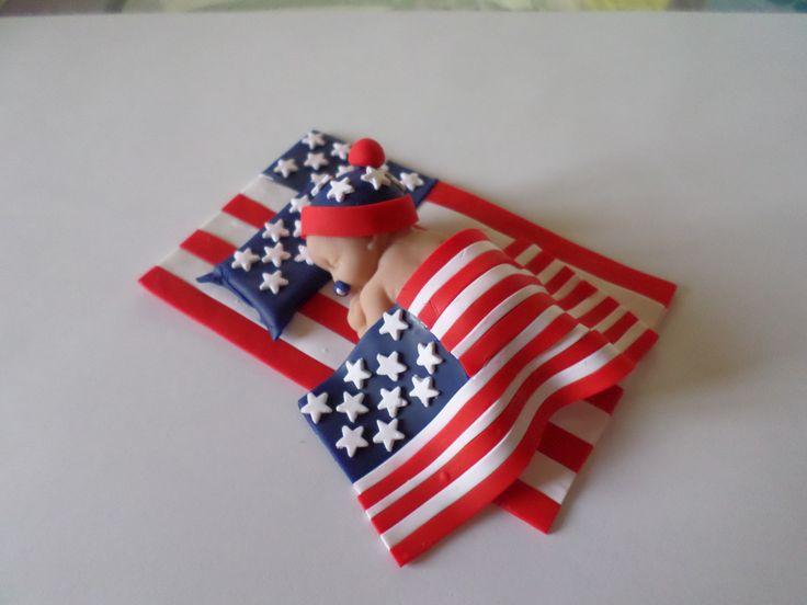 petit bébé endormi sur drapeau Americain en fimo.