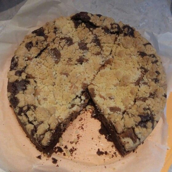 Brownie praline kruimeltaart http://www.cakejevaneigendeeg.nl/brownie-kruimel-praline-taart/