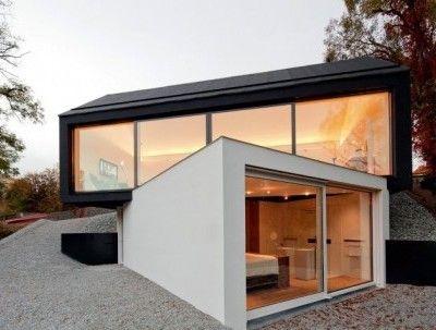 Superposition de modules C'est à Wenzenbach en Allemagne, que l'on peut apercevoir cette maison tout à fait surprenante. Située sur un terrain en pente, la