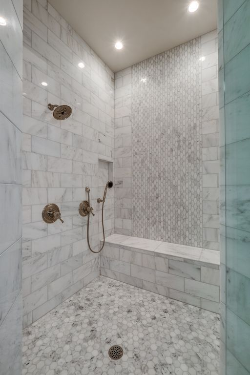 Traditional Full Bathroom With Handheld Shower Head