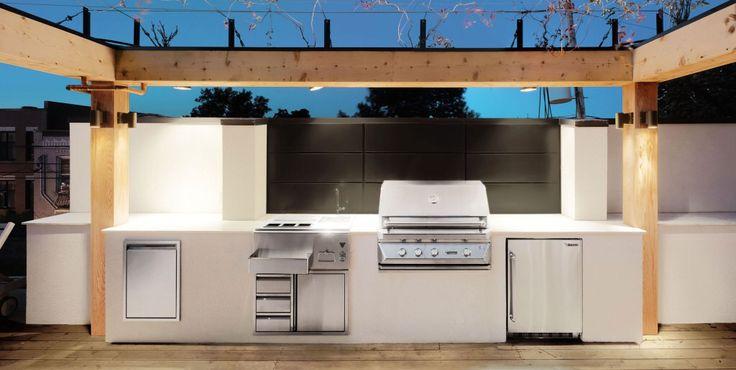 תמונה מאת http://www.tobossis.com/wp-content/uploads/2015/02/Outdoor-Rooftop-Kitchen-Design-With-Wooden-Pillars-White-And-Stainless-Steel-Cabinet-Ideas-1024x516.jpg.