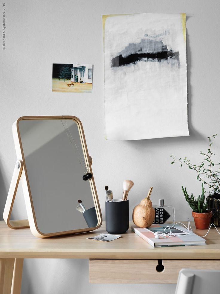 LISABO i massiv björk och askfanér har en matt och len träkänsla och den nya spegeln IKORNNES kan även hängas upp på väggen. EKOLN tandborstställ, i matt stengods är perfekt för både smink- och skrivbord.