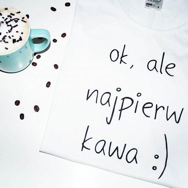 Podkreślająca sylwetkę, ręcznie malowana koszulka. Napis wykonany specjalnymi, niespieralnymi farbami do tkanin. Idealny prezent dla miłośniczki kawy :)