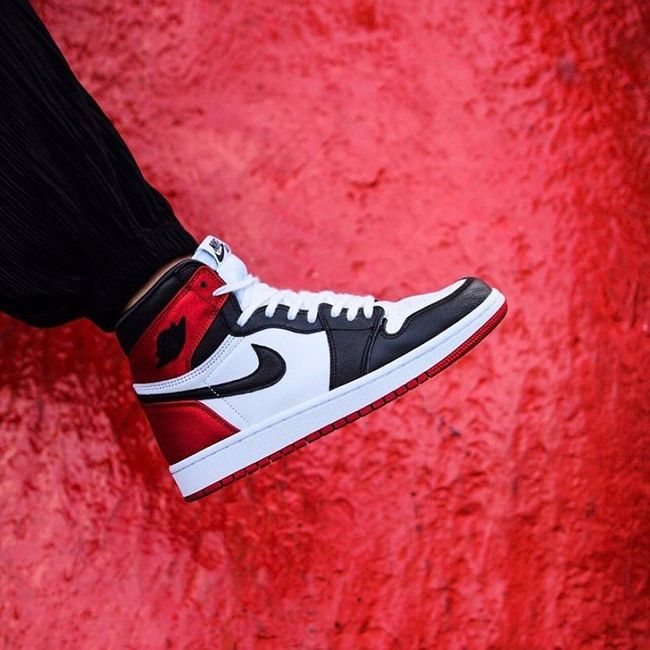 Air Jordan 1 Retro High Satin Black Toe en 2020 | Satin