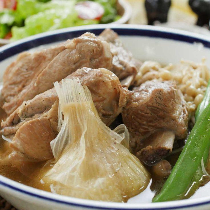 シンガポールの鍋料理「バクテー(肉骨茶)」って知ってる?骨つきの豚肉とにんにくを丸ごと炊飯器で煮込むからコク深い味わいに!スパイスたっぷりなのにあっさりとした口当たりで、白ご飯といっしょに食べてもやみつきにっ!