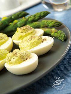 Eggs in cream of asparagus - Le Uova sode farcite in crema verde sono un antipasto facile e veloce: farete un figurone con i vostri invitati con poco sforzo e quasi in un battibaleno! #uovaincremadiasparagi