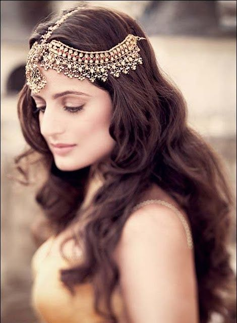 Large heavy necklace tikka for an Indian bridal look on Amisha Patel. More here: http://www.indianweddingsite.com/10-maang-tikka-jhoomar-looks/