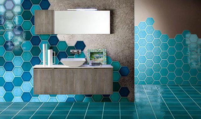 Begno azzurro con piastrelle esagonali.