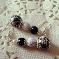 """Bijoux fantaisie : boucles d'oreille perle noire marbrée blanc et perles noires et blanches. Ces boucles """"chic' sont à vous pour 8 € dans ma boutique. Envoi gratuit, venez voir!"""