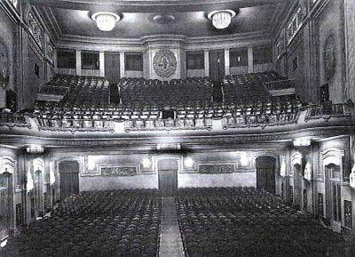 Historias matritenses: Cine Callao – El cine sonoro en España (2ª parte)- Situado en La Plaza del Callao,3, fue inaugurado el 11 de diciembre de 1926 con la película Luis Candelas, el Bandido de Madrid. Tiene una capacidad para 1.500 butacas. Edificio de solar irregular, en su esquina se levanta un torreón y en su terraza se instala una pantalla, que aún se conserva y asientos para proyecciones cinematográficas al aire libre.
